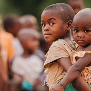 アフリカで飢餓に苦しむ子どもがさらされる危険とは?
