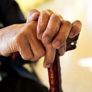 単身高齢者の貧困のリスクとは?行われている支援も解説