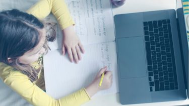 小学生が受けられるオンライン授業とは?どんなメリット・デメリットがあるの?