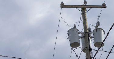 台風で停電が起こるのはなぜ?復旧時間の目安、家庭でできる対策とは