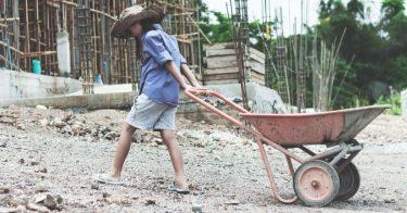 児童労働の解決策は?日本や世界が講じる政策を紹介