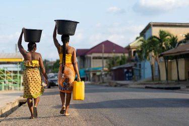 汚い水を飲む子どもへ安全な水を提供したい!寄付できる支援団体を5つ紹介