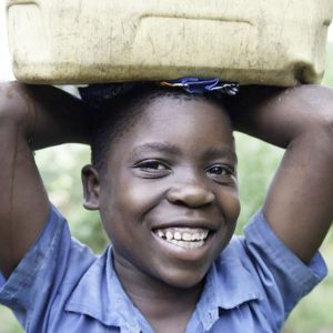 アフリカの水汲みで子どもが歩く距離とは?どんな問題が生じる?